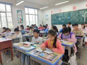 教师节新课桌椅场景图1300.jpg